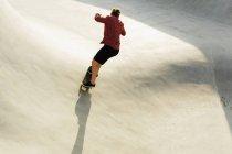 Femme Skate sur rampe — Photo de stock