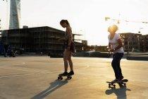 Friends skateboarding in skate park — Stock Photo