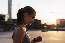 Donna aprendo bottiglia d'acqua — Foto stock
