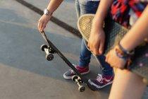 Дівчата з скейтборд в Скейт-парк — стокове фото