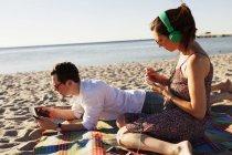 Mann und Frau Freund am Strand — Stockfoto
