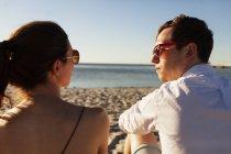 Mann und Frau am Strand — Stockfoto