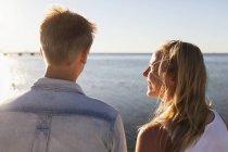 Homme femme embrassant debout sur la plage — Photo de stock