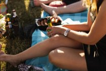 Женщина держит бутылку пива — стоковое фото