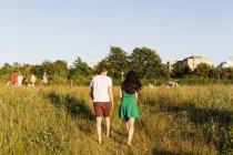 Пара, идущая по травяному полю — стоковое фото