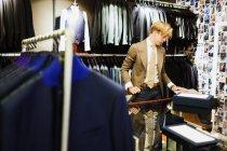 Conception professionnelle travailler au magasin de vêtements — Photo de stock
