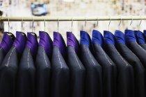 Costumes suspendus sur rack — Photo de stock
