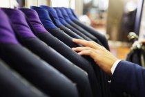 Examinant le costume dans la salle d'exposition — Photo de stock