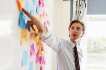 Giovane uomo d'affari che spiega la strategia — Foto stock