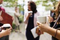 Geschäftsleute beim Kaffee im Freien — Stockfoto