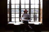 Freelancer femenina usando laptop - foto de stock