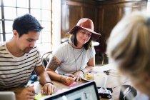 Amici facendo lavoro freelance — Foto stock
