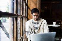 Freelancer masculino usando laptop - foto de stock