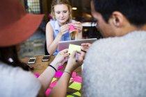 Amici scrivendo su foglietti adesivi — Foto stock