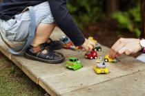 Junge und Mutter spielen mit Spielzeug-Autos — Stockfoto