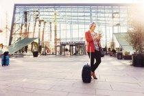 Geschäftsfrau nutzt Smartphone — Stockfoto