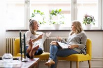 Woman discussing with female friend — Stock Photo
