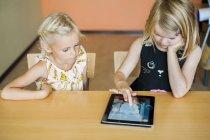 Chica viendo dibujo compañero de clase - foto de stock