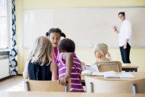 Classe di insegnamento insegnante maschio — Foto stock