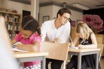 Männlich lehrer unterricht mädchen — Stockfoto
