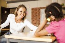 Professora madura menina de ensino — Fotografia de Stock