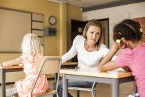 Зрелые учителя, говорить с девушкой — стоковое фото
