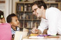 Вчитель навчання студентів — стокове фото