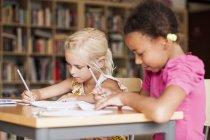 Les filles étudient en classe — Photo de stock