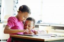 Niños usando tableta digital - foto de stock