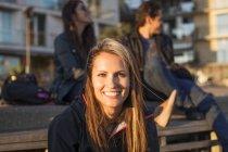 Glückliche Frau mit Freunden — Stockfoto