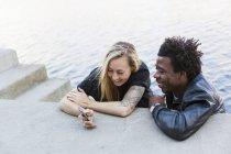 Glücklich multiethnischen Freunde — Stockfoto