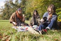 Junge Freunde mit Welpen — Stockfoto