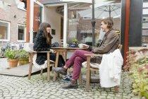 Junges Paar beim Kaffee — Stockfoto