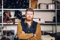 Operaio maschio in fabbrica sacchetto — Foto stock