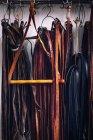 Cintos de couro pendurado em ganchos — Fotografia de Stock