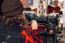 Trabajador usando máquina de coser - foto de stock