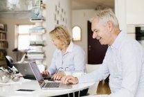 Couple à l'aide d'ordinateurs portables — Photo de stock