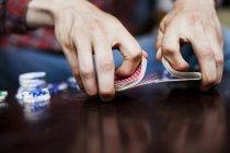 Equipaggia le mani mischiare il mazzo di carte — Foto stock