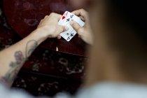 Uomo, giocare a poker a casa — Foto stock