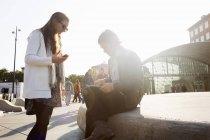 Деловые люди, использующие цифровой планшет — стоковое фото