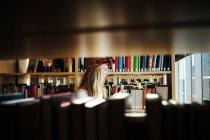 Студент коледжу в бібліотеці — стокове фото