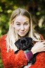 Молодая женщина обнимает щенка — стоковое фото