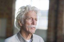 Riflessivo uomo anziano — Foto stock