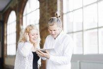 Мужчина и женщина с помощью цифрового планшета — стоковое фото