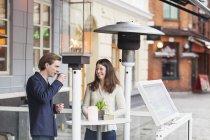 Mujer sosteniendo la taza de café en la cafetería - foto de stock