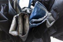 Peças de calça penduradas na fábrica — Fotografia de Stock