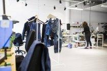 Mulher que trabalha na fábrica de jeans — Fotografia de Stock