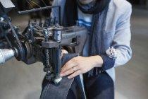 Модельєр, використовуючи швейні машини — стокове фото