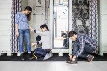 Modedesigner nehmen Messung — Stockfoto