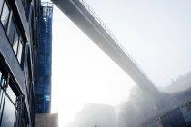 Puente en tiempo brumoso cielo - foto de stock